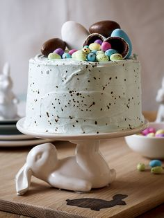 Speckled Vanilla Cake with Marshmallow Easter Egg Filling ---   http://tipsalud.com   -----