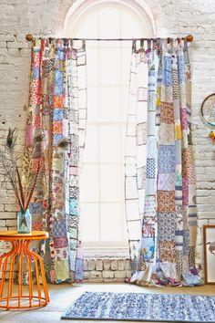 I bocconcini di Beach eau: decorazione// Patchwork curtain would be cute in a craft room!