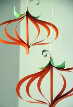 Your little ones can add some fun and funky pumpkin crafts to your Halloween decorating ideas with this Curly Paper Pumpkin Craft. Halloween is not complete without a fun shaped pumpkin hanging with your other decorations.