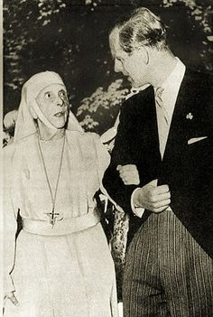 La princesse Alice de Battenberg (à gauche) donnant le bras à son fils le duc d'Edimbourg. Alice de Battenberg, veuve à cette époque du prince André de Grèce, avait fait le choix d'entrer dans les ordres. Conformément à ses volontés, elle fut inhumée à Jérusalem. Elle s'est éteinte en 1969 à Buckingham où elle passa les dernières années de sa vie auprès de son fils.