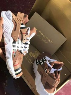 went with a burberry twist on these clean huaraches! Sneakers Fashion, Fashion Shoes, Nike Fashion, Huaraches Shoes, Nike Air Shoes, Aesthetic Shoes, Burberry Shoes, Gucci Shoes, Hype Shoes