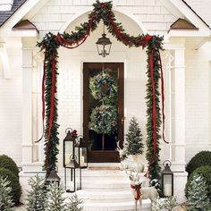Front Door Christmas Decorations, Christmas Front Doors, Christmas Porch, Noel Christmas, Winter Christmas, Christmas Lights, Christmas Crafts, Christmas Wreaths, Christmas Greenery