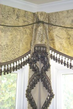 Love this Jabot idea for corners. I've done this - it finishes it off nicely. I'd like this for my kitchen windows