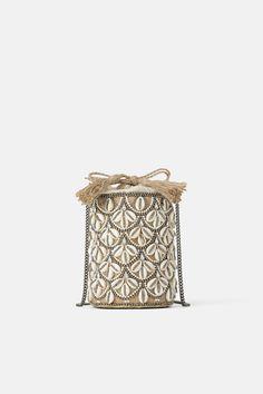 ZARA - Female - Seashell crossbody basket bag - Ecru - M Fall Handbags, Handbags On Sale, Luxury Handbags, Purses And Handbags, Wholesale Handbags, Cheap Purses, Cute Purses, Online Zara, Shells