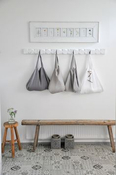 Very attractive entry hallway bench entrance hall shopping bag hanger and 456 best hung flung stacked Hallway Bench, Entry Hallway, Apartment Decorating On A Budget, Hallway Decorating, Decorating Ideas, Home Interior, Interior Design Living Room, Decoration Hall, Flats