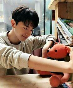 Envy with that bear China Facts, Li Hong Yi, Teen Boy Hairstyles, O Drama, Drama School, Girl Facts, Asian Love, Aesthetic Colors, Chinese Boy