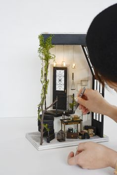 Learn how to transfer photos to wood in three simple steps! All you need is your favorite photo and Mod Podge photo transfer medium. Vitrine Miniature, Miniature Rooms, Miniature Crafts, Miniature Christmas, Miniature Houses, Miniature Furniture, Doll Furniture, Diy Dollhouse, Dollhouse Miniatures