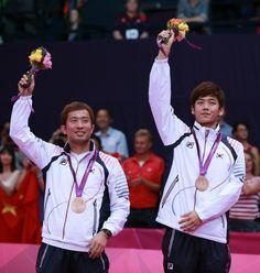 2012 런던올림픽 배드민턴 남자 복식에서 동메달을 획득한 이용대-정재성이 시상식에서 동메달을 목에 걸고 관중들의 환호에 답하고 있다.