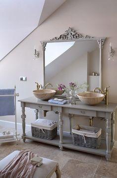 kamienne umywalki,szara konsolka,stylowe baterie łazienkowe w łazience w prowansalskim stylu