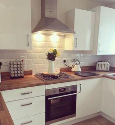 Simple and modern kitchen. Simple and modern kitchen. Kitchen Living, New Kitchen, Kitchen White, Kitchen Modern, Cream Kitchen Units, Cream Kitchen Tiles, Kitchen Interior, Kitchen Decor, Küchen Design