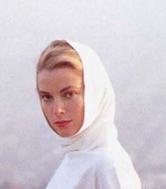 Ta da the oh so elegant Grace Kelly wearing a head scarf with incredible style. Grace Kelly Mode, Grace Kelly Style, Princess Grace Kelly, Royals, Mode Turban, Patricia Kelly, Snood Scarf, Joan Collins, Vintage Purses