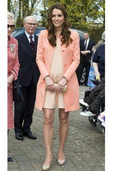"""Die Herzogin besucht das Kinderhospiz """"Naomi House Children's Hospice"""" in Hampshire im April 2013. Ihr Kleid ist von Tara Jarmon, High Heels und Clutch sind von L.K. Bennett"""