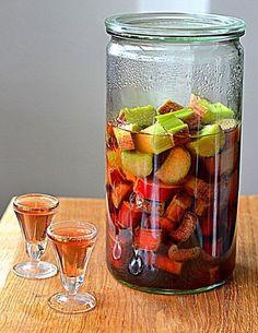 Domowe nalewki to tradycja naszych dziadków. Do nietypowych smaków z pewnością warto zaliczyć rabarbar z wódką. Proste składniki, 4 tygodnie cierpliwości i gotowe! Homemade Wine, Fruit Smoothies, Diy Food, My Favorite Food, Natural Health, Cucumber, Alcoholic Drinks, Cocktails, Food And Drink