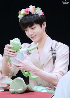 Se o Hyungwon não é o ser mais fofo desse universo então eu não sei quem é
