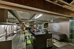 Durante o dia, uma cozinha de tamanho agradável e integrada à sala.