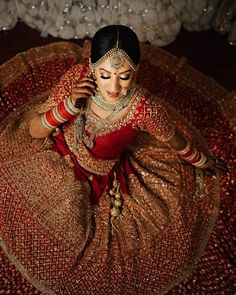 Wish you had a pool of red wedding lehenga images to choose from to flaunt at your wedding? Look no more and start bookmarking these red wedding lehenga images for some quick inspiration and an awe-inspiring feast for your eyes. Indian Wedding Poses, Indian Wedding Photography Poses, Indian Bridal Outfits, Indian Bridal Makeup, Bride Photography, Indian Bride Poses, Bride Indian, Indian Bridal Fashion, Indian Weddings