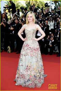 O Festival de Cannes 2017 chegou ao fim. O evento é importante para a indústria cinematográfica, mas as atenções também ficam voltadas para os looks glamurosos das celebridades.