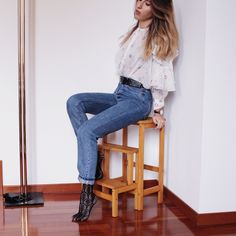 73517d1752 Outfit Jeans mom fit Asos shirt Stockings Calzedonia. Giulia Nicolosi