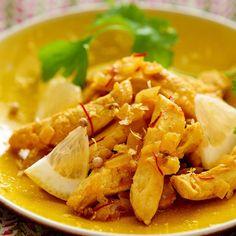 Découper en lamelles les blancs de poulet, les mettre dans un plat, saler et poivrer. Peler et émincer l'oignon et la gousse d'ail, couper la peau du citron
