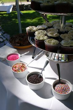 A cupcake bar, so cute! Plain cupcakes and with topping choices! cupcakes are my favorite dessert I love when they make a Bar out of just about anything! personalization is genius! Tapas, Bar A Bonbon, Think Food, Festa Party, Party Party, Shower Party, Party Time, Party Favors, Party Decoration