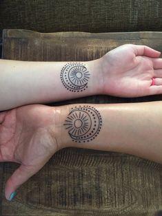 Tatuajes de sol, luna y estrellas en las muñecas