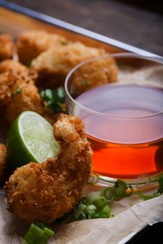 Vegan shrimp, made from king oyster mushroom stems. Breaded and served with a creamy, spicy dipping sauce, but this can also be served with cocktail or tartar sauce. Vegan Fried Chicken, King Oyster Mushroom Recipe, Mushroom Recipes, Raw Food Recipes, Fish Recipes, Recipies, Healthy Recipes, Aperitivos Vegan, Arrows