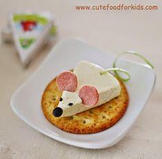 Een gauwe ouwe van Cute Food for Kids ; het makkelijke kaasmuisje! Nodig: Driehoekskaasje, ik noem geen merken maar de Lidl heeft ze ...