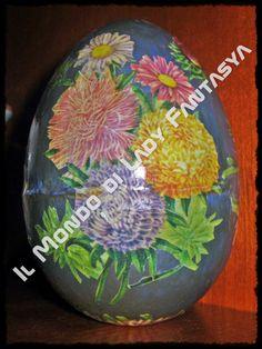 Uovo in polistorolo lavorato a decoupage con motivi floreali