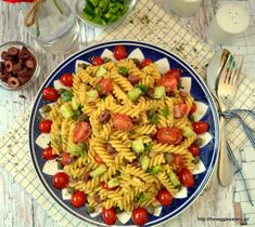 Greek pasta salad: enjoy the most popular greek salad paired with fusili. A filling delicious summery dish! Vegan Dinner Recipes, Delicious Vegan Recipes, Veggie Recipes, Whole Food Recipes, Healthy Recipes, Veggie Food, Healthy Food, Greek Salad Pasta, Pasta Salad Recipes