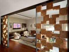 Moderne Wohnzimmer Einrichtung Mit Laminatboden Und Weissem Teppich Hockertisch Leder
