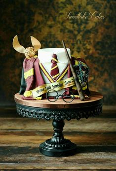 Birthday is a special day for everyone, and a perfect cake will seal the deal. Fantasy fictions create some of the best birthday cake ideas. Surprise your loved one with a creative cake that displays the best features of his/her favorite fantasy fictions! Bolo Harry Potter, Harry Potter Fiesta, Gateau Harry Potter, Harry Potter Birthday Cake, Harry Potter Food, Harry Potter Wedding, Harry Potter Theme, Harry Potter Book Cake, Harry Potter Cupcakes