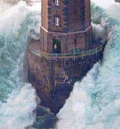 Faro en la tormenta. En las siguientes tomas de esta situación el hombre alcanza escasamente a cerrar la puerta antes de que la ola lo golpee