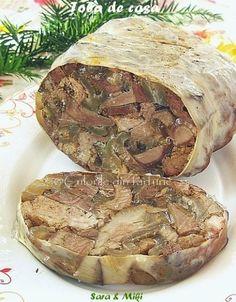 Toba de porc este un alt preparat traditional de la masa de Craciun. Avem nevoie de cap si maruntaiele porcului si cum anul acestacam toate supermarket-urile te-au imbiat cu pungi deja preg… Romania Food, Tasty, Yummy Food, Hungarian Recipes, Home Food, Smoking Meat, Goulash, Charcuterie, Sausage