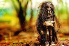 Trovare una categoria per il Jenglot non è facile. C'è chi dice che sia una creatura, chi una mummia, chi una bambola e chi un vampiro.