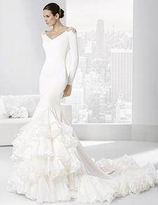 Vestido de novia de inspiración flamenca en crep y volantes de organdí.