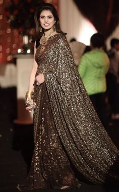 Stunning Indian Wedding Dresses For Brides' Sisters: Which One Do You Want To Buy lil Sister? Designer Sarees Wedding, Saree Wedding, Wedding Wear, Casual Wedding, Wedding Ceremony, Dress Wedding, Trendy Wedding, Designer Dresses, Sari Dress