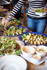 Super brunch buffet for a crowd 20 ideas Food Buffet, Brunch Buffet, Buffet Tables, Buffet Ideas, Cooking For A Crowd, Food For A Crowd, Catering, Feeding A Crowd, Camping Meals