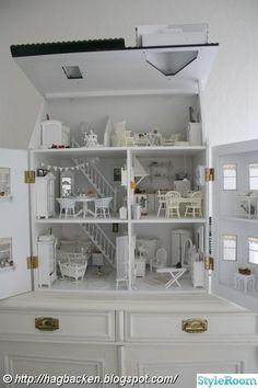 Mitt lantliga, vita hem som jag älskar att inreda :). Vårat vardagsrum. Vardagsrummet från ett annat håll. . Köket som nu går lite i blått. Köket från ett annat håll