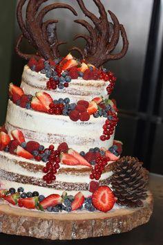 Hochzeitstorte Naked Cake mit Beeren, Winterfrühlingshochzeit in den Bergen im März, Berghochzeit im Riessersee Hotel Garmisch-Partenkirchen, Bayern, Wedding in Bavaria, March, spring, winter mountain wedding