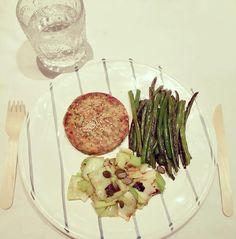 DINNER - Vegan burguer made with cashews carrot capsicum and zucchinis &  green onion &  green beans  CENA  Hamburguesa vegana de zanahoria anacardos pimiento y calabacín & cebolla verde & judias verdes. #kaylasbbg #kaylasarmy #kaylaitsines #kayla_itsines #kaylamovement #thekaylamovement #bbg #bbg1 #bbgfam #bbgspain #bbgsisters #bbgprogress #healthy #fitness #fitnessmotivation #fitnessgirl #healthyfood #healthysnack #healthyeating #healthychoices #fit #fitfam #fitlondoners #fitnessaddict…