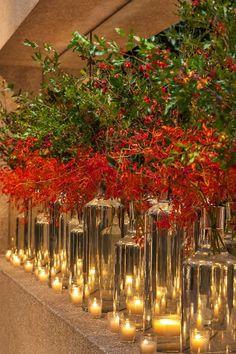 Corredor com tubos de vidros, velas e arranjos em tons quentes: vermelho e laranja.... Decoração por Mariana Bassi Fotos : Helson Gomes