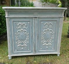 Annie Sloan Stockist The French Cupboard (New Zealand) used a lovely combination of Duck Egg Blue & Old White Chalk Paint® on this antique French cabinet. For an added touch of depth, it was given a wash in French Linen and finished with Clear Soft Wax!