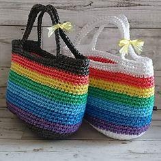 虹色バッグ はじめは三色だけ、使いきれなかったら新聞しばるのに使えるしなんて言い訳してたのに、虹色バッグ編んでる #ビニールバッグ #ビニールひも #スズランテープ #かごバッグ #かぎ針あみ