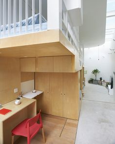 Architecture builds a tiny house in an alleyway in Beijing Especially in big cities, living space is increasingly becoming a valuable asset. It is all the more practical when a house is parti Tiny Living, Living Spaces, Mini Loft, Peking, Transforming Furniture, Sweet Home, Building A Tiny House, Small Space Solutions, Micro House