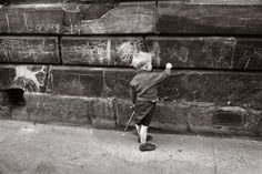 Jürgen Schadeberg dies aged 89:Legendary photographer captured life in Gorbals tenements in 1960s - Glasgow Live Glasgow, The Gorbals, Paul Wright, Swinging London, Hard Men, Old Photography, Political Figures, Contemporary Photography, Slums