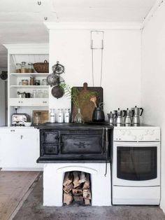 The idyllic Swedish summer cottage (my scandinavian home) Cottage Kitchens, Farmhouse Kitchen Decor, Home Kitchens, Kitchen Wood, Kitchen Sink, Cozinha Shabby Chic, Sweden House, Cocinas Kitchen, Old Cottage