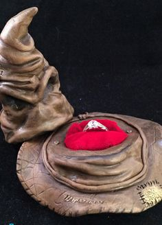 A Sorting Hat ring box? How fantastic for any Potter fanatic. :D - 6 Quirky Engagement Ring Boxes Anillo Harry Potter, Harry Potter Ring, Harry Potter Sorting Hat, Harry Potter Wedding Rings, Under Your Spell, Before Wedding, It Goes On, Mischief Managed, Ring Verlobung