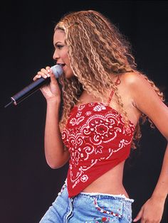 13 Trends From the Early That You Totally Wore - 13 Fashion Trends From the Early That You Totally Wore: Bandana tops (pictured on Beyonce) 1990s Fashion Trends, Early 2000s Fashion, Fashion 2018, 2000s Trends, Fashion Online, Diy Fashion, Ideias Fashion, Fashion Outfits, Fashion Boots