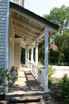 Mooie veranda - als droge instap in huis Beautiful porch - as a dry entry point in the house Garden Room, Cottage, House With Porch, House Front, Outdoor Living, House Exterior, Porch Veranda, Front Yard, Porch