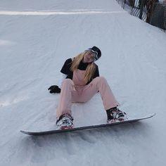 La imagen puede contener: una o varias personas, nieve, cielo, exterior y natura. Snowboarding Outfit, Snow Pictures, Ski Season, Foto Instagram, Winter Pictures, Ski And Snowboard, Ski Ski, Winter Photography, Photography Poses
